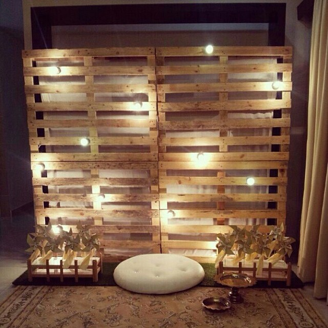 Photocall con palets para tu boda for Plafones de pared rusticos