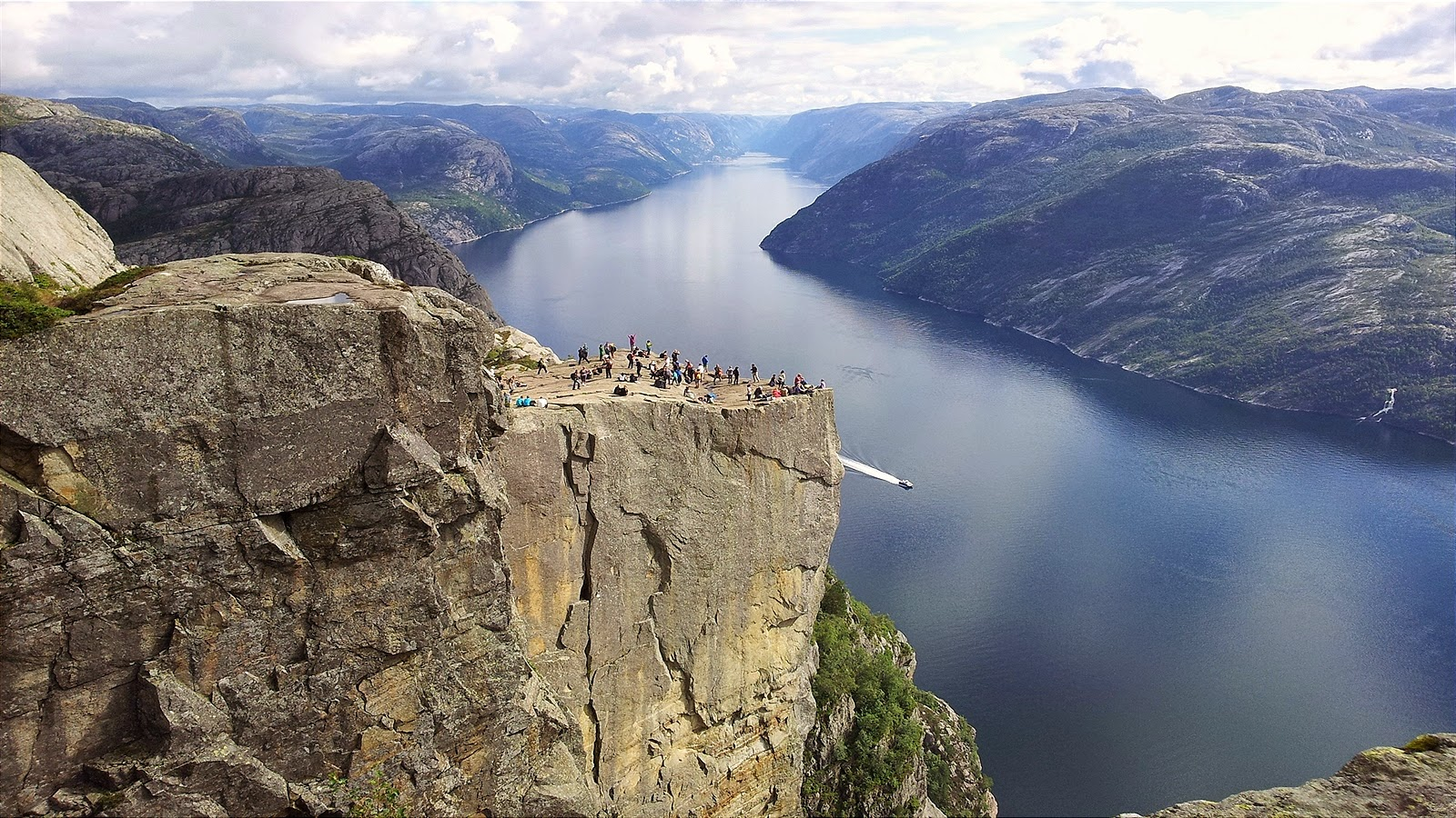 preachers-rock-preikestolen-norway-10_1600x900
