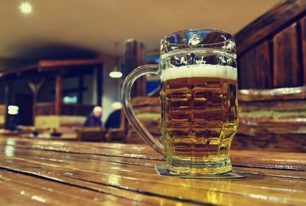 jarra-de-cerveza-sobre-la-mesa-de-madera_1161-96