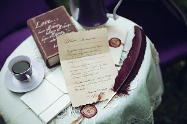 mesa-con-una-carta-de-amor-y-un-libro_1304-704